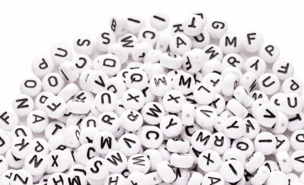 weisse Buchstaben-Perlen